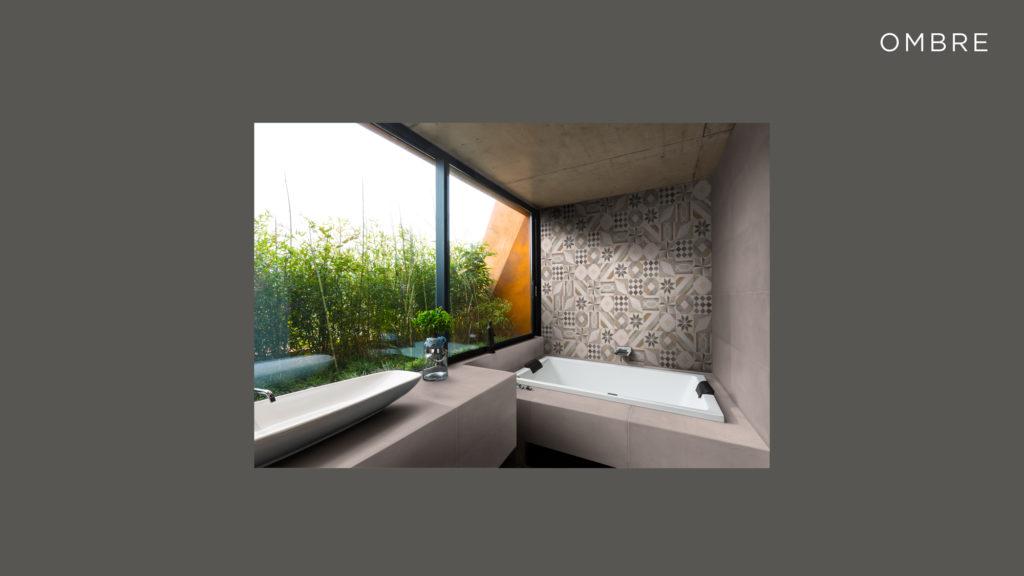 La realizzazione: Ombre. Finita la posa si procede inserendo gli effetti di luce sul materiale ceramico. Si inizia solitamente con le ombre, anche se ogni ambiente e ogni superficie ceramica impongono differenti elaborazioni in questa fase.