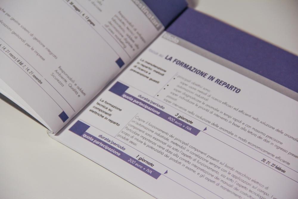 Un dettaglio della descrizione di un singolo corso. Ad ognuno corrisponde il costo, la durata, la descrizione del corso stesso. Il tutto ovviamente collegato all'icona del servizio formativo con richiami cromatici ad essa, in questo caso, per esempio, il blu è il leit-motive della pagina.