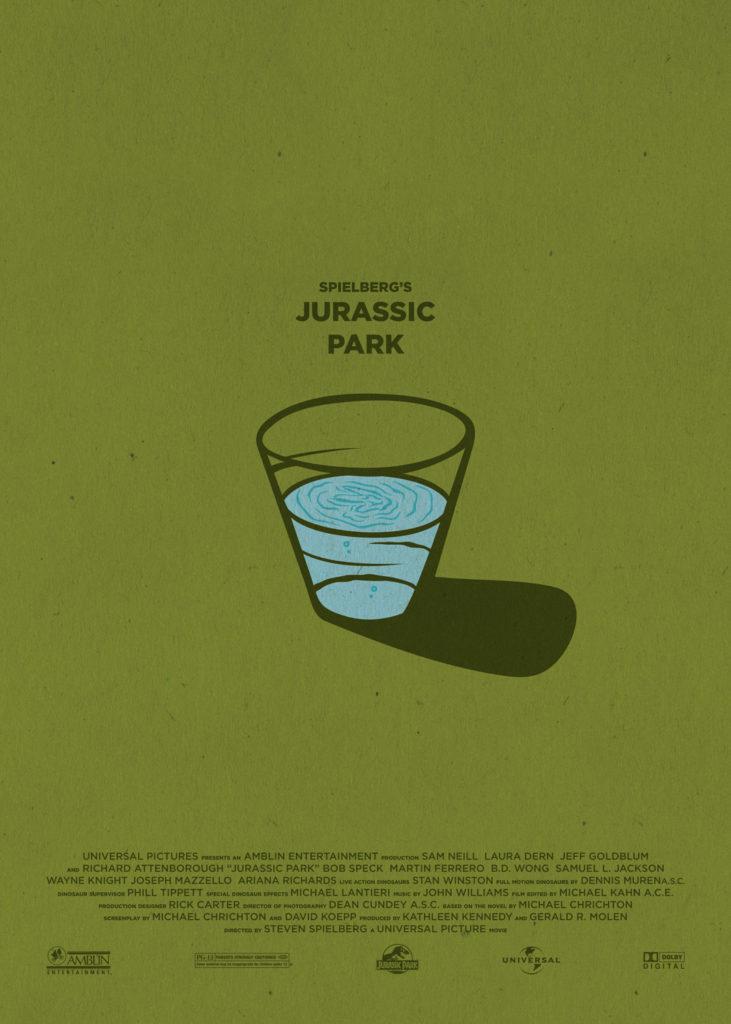 """Jurassic Park, di Steven Spielberg. Sfondo verde """"dinosauro"""", al centro un bicchiere pieno d'acqua, le vibrazioni sul terreno creano increspature a forma di orma di tirannosauro sulla sua superficie, chiaro rimando ad una delle scene più famose di questo avveniristico film. Nella parte bassa del poster compaiono i nomi della produzione e i loghi dei produttori."""