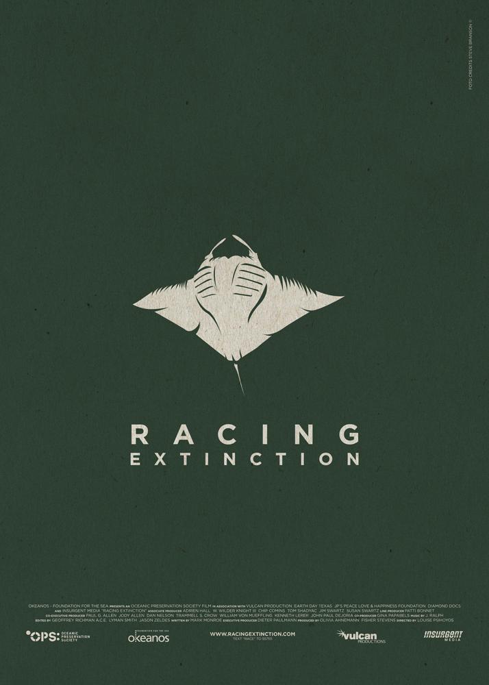 """Racing Extinction, un documentario sul rischio biologico corso dalle specie animali a causa dello sfruttamento ambientale a opera dell'uomo. Sfondo nero petrolio, al centro una manta spiega le proprie ali, quasi a voler scappare. Sotto di essa la scritta """"Racing Extinction"""". Nella parte bassa del poster compaiono i nomi della produzione e i loghi dei produttori."""