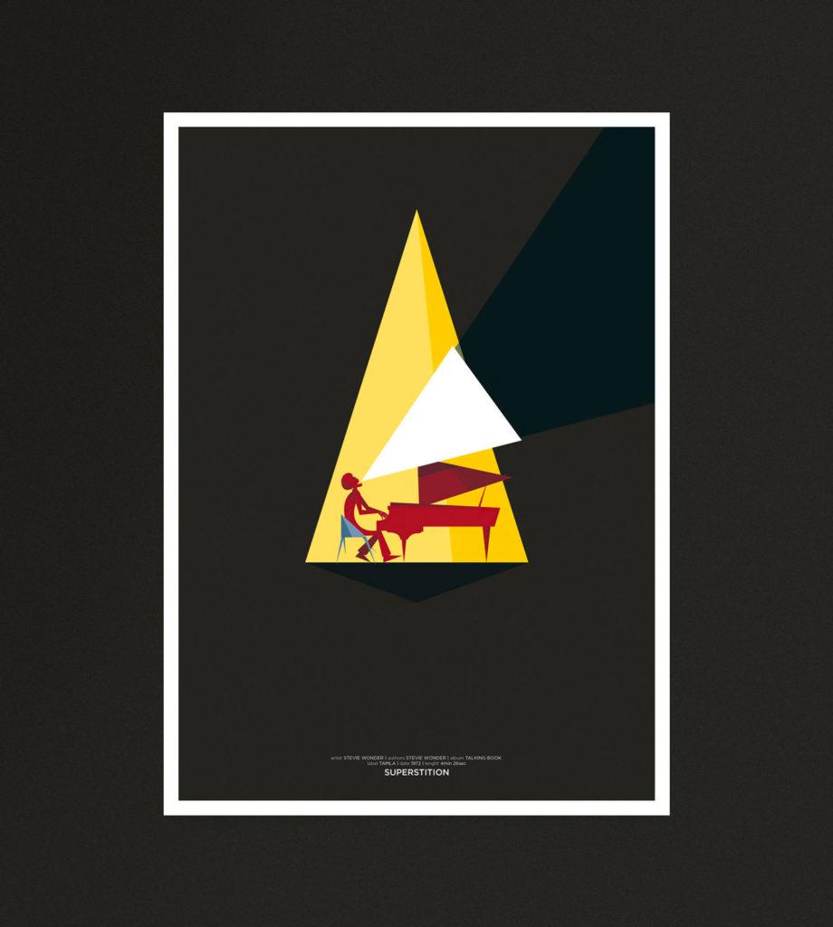 Superstition, un pianista canta a squarciagola mentre suona, illuminato in un triangolo di luce